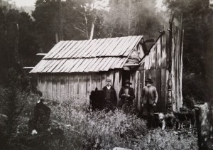 Hut at the Iris tin mine, April 1905. (Left to right) Les Smith, Tom Murphy and Richard Kirkham. Ron Smith photo courtesy of the late Charles Smith.